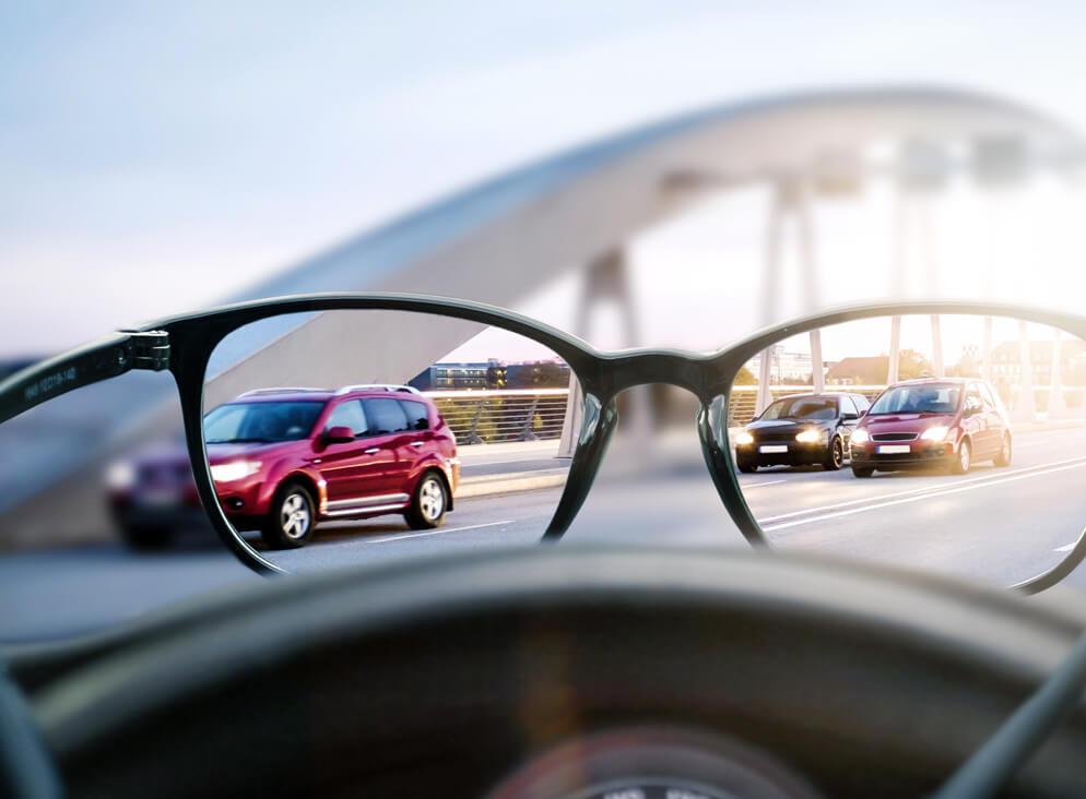 Blick durch Brille auf eine Straße